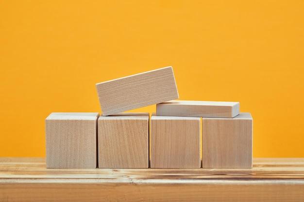 Vierkant van lege houten kubussen mockup-stijl, kopieer ruimte. houten blokken sjabloon voor creatief ontwerp, plaats voor tekst.