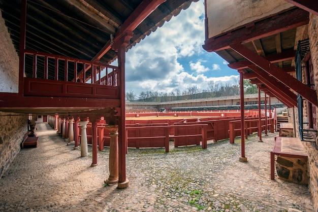 Vierkante arena met houten tribunes