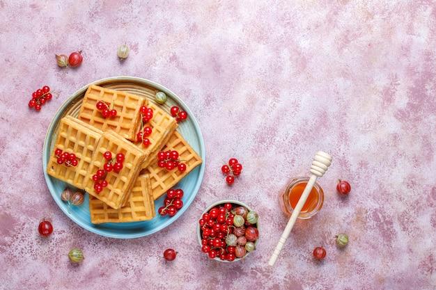 Vierkante belgische wafels met loquat fruit en honing