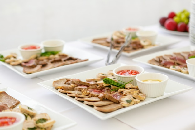 Vierkante borden met vlees