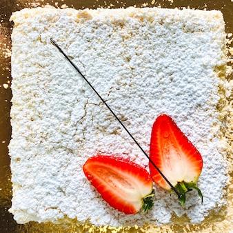 Vierkante cake met plakjes verse aardbeien. bovenaanzicht