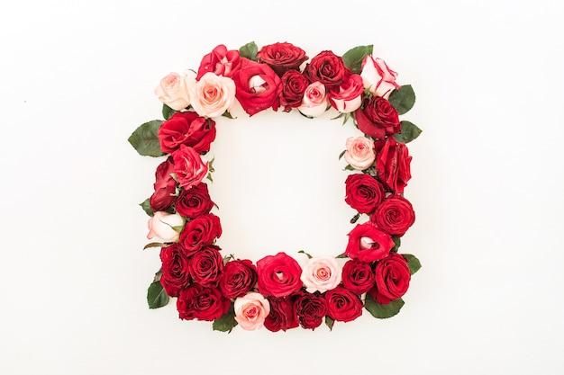 Vierkante framerand van roze, rood roze bloemen op wit