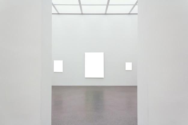 Vierkante lege kaders die aan een muur in een kamer zijn bevestigd