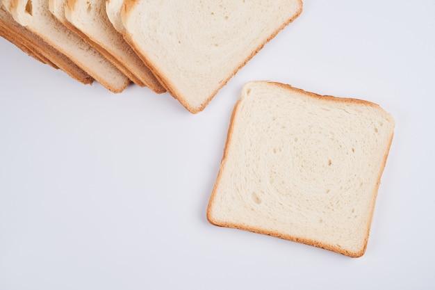 Vierkante sneetjes toast sandwich brood geïsoleerd op een witte achtergrond close-up