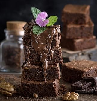 Vierkante stukjes chocoladetaart