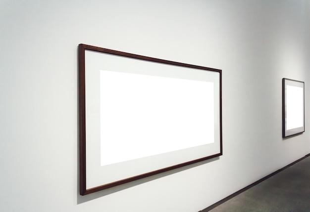 Vierkante witte vlakken die aan een muur in een kamer zijn bevestigd