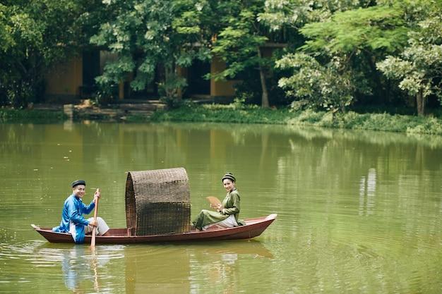 Vietnamees koppel in boot
