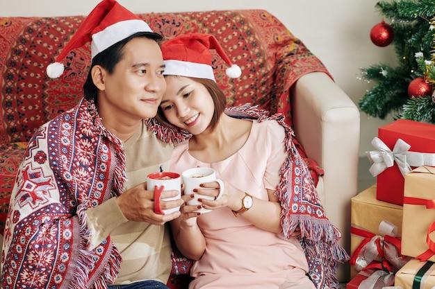Vietnamees paar dat thuis ontspant