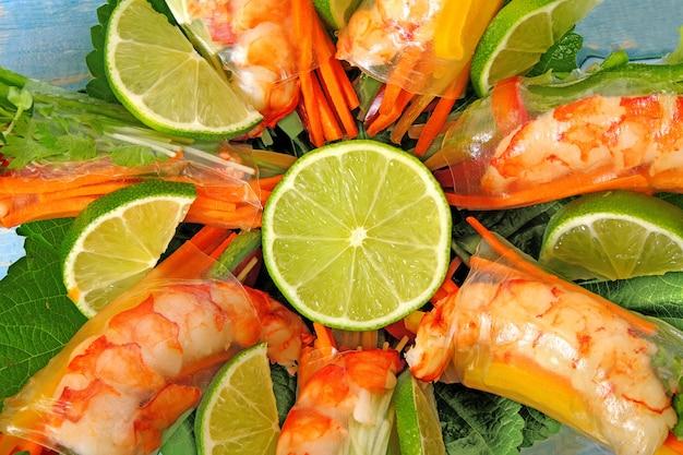 Vietnamese broodjes met garnalen en groenten dicht omhoog