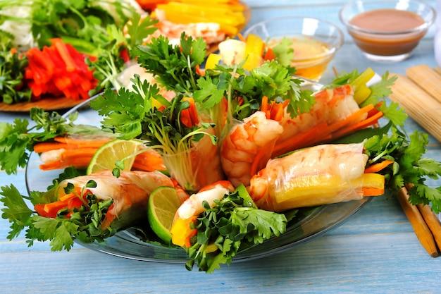 Vietnamese broodjes met garnalen en groenten