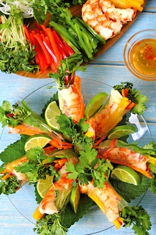 Vietnamese broodjes met garnalen en groentenverticaal