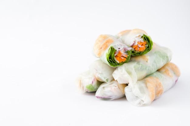 Vietnamese broodjes met groenten, rijstnoedels en garnalen die op witte exemplaarruimte worden geïsoleerd