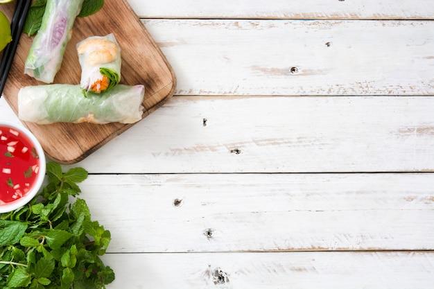 Vietnamese broodjes met groenten, rijstnoedels en garnalen op de houten hoogste ruimte van het meningsexemplaar