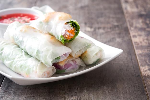 Vietnamese broodjes met groenten, rijstnoedels en garnalen op houten