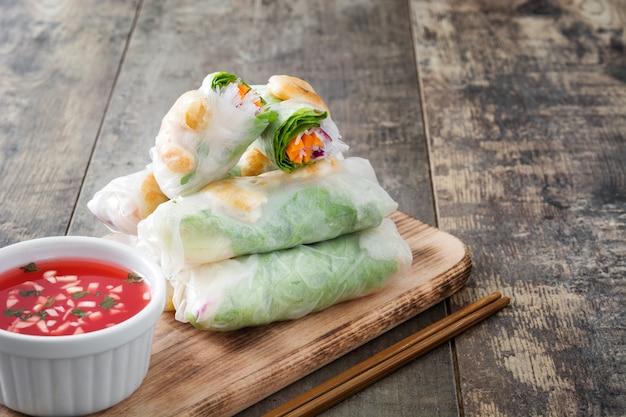 Vietnamese broodjes met groenten, rijstnoedels en garnalen