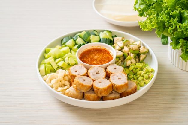 Vietnamese gehaktbal met groentenwraps (nam-neaung of nham due), vietnamese traditionele eetcultuur