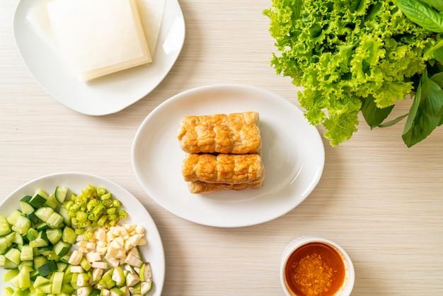 Vietnamese gehaktbal met groentenwraps (nam-neaung of nham due)