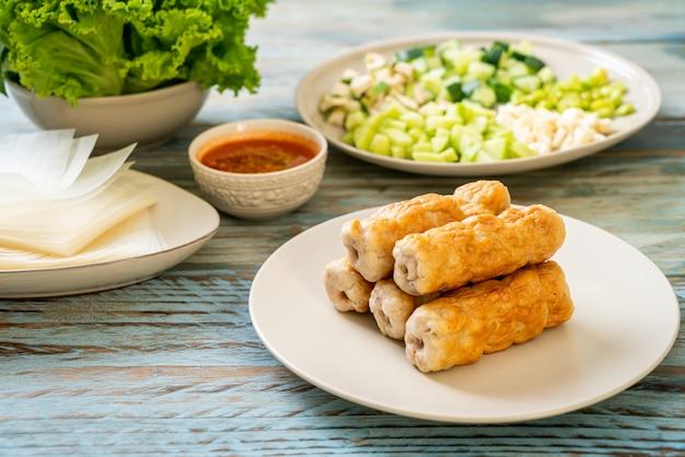 Vietnamese gehaktballen met groenten wraps