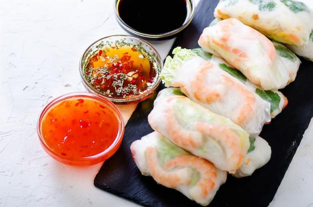 Vietnamese loempia's - rijstpapier, sla, salade, vermicelli, noedels, garnalen, vissaus, zoete chili, soja, citroen,
