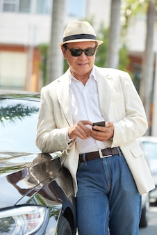 Vietnamese man die telefoonbericht controleert