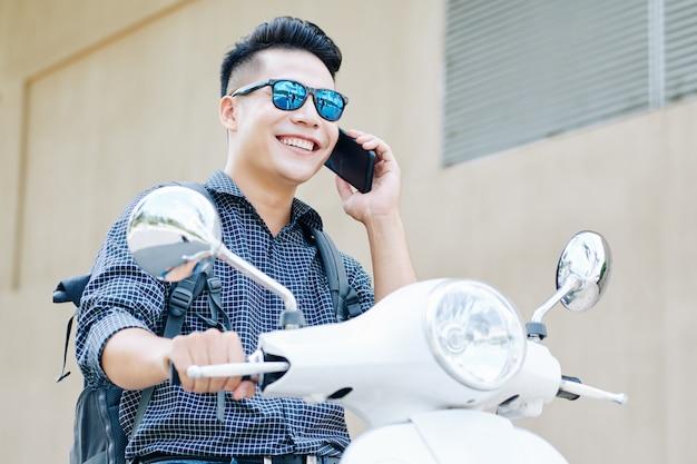 Vietnamese man rijden op scooter