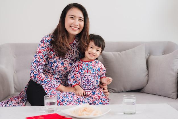 Vietnamese moeder en dochter vieren thuis nieuwjaar. tet vakantie.