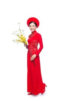 Vietnamese nieuwjaarsvrouw die aodai draagt, viert tet-vakantie