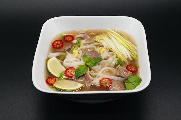 Vietnamese pho bo-noedelsoep met rundvlees en kruiden