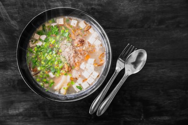 Vietnamese pho van de noedelsoep met kruiden vegrable recept dat op houten lijst wordt gediend