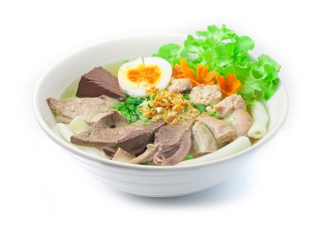 Vietnamese rijstnoedelsoep met varkensvlees bloed varkensvlees slachtafval varkensbal