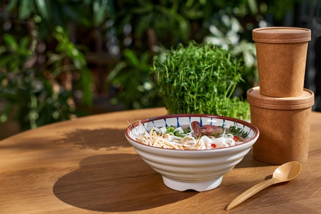 Vietnamese soep fo bo in een kom, afhaalmaaltijden, afvalvrij, ecologisch productieverpakkingsconcept