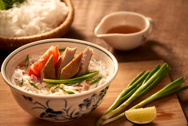 Vietnamese soep met rijstvermicelli en gegrilde gehakte vis