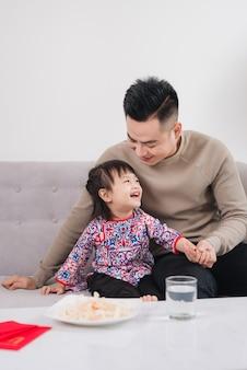 Vietnamese vader en dochter vieren thuis nieuwjaar. tet vakantie.