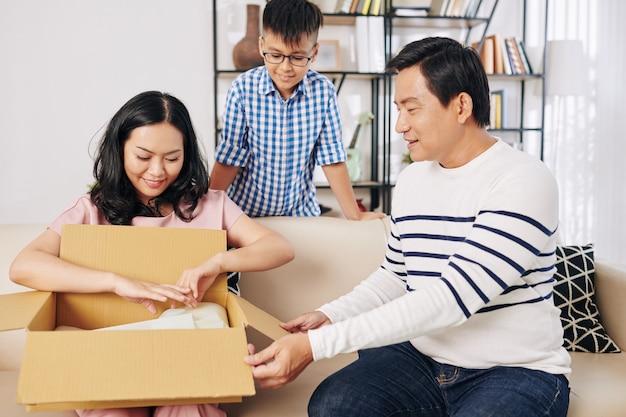 Vietnamese vader en zoon verrassende moeder met nieuw paar schoenen voor verjaardag