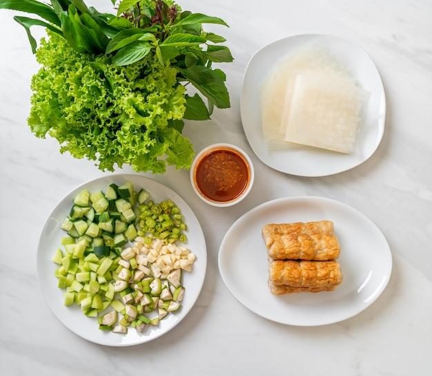 Vietnamese varkensgehaktbal met groentenwraps (nam-neaung of nham due)