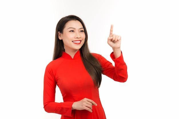 Vietnamese vrouw kleedt zich traditioneel ao dai op nieuwjaar en introduceert