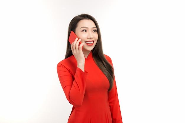 Vietnamese vrouw praten op mobiele telefoon tijdens nieuwe maanjaar