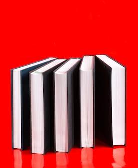 Vijf boeken op een rode achtergrond