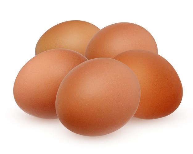 Vijf bruin kippenei dat op witte achtergrond met schaduw wordt geïsoleerd.