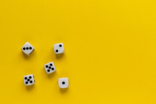 Vijf dobbelstenen met verschillende zijden op een gele ondergrond