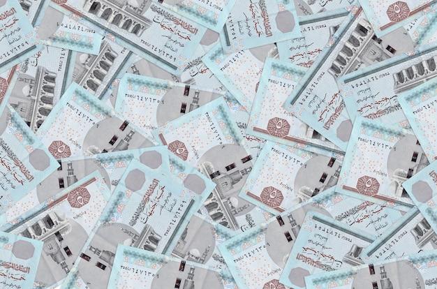 Vijf egyptische pondbiljetten liggen op een grote stapel