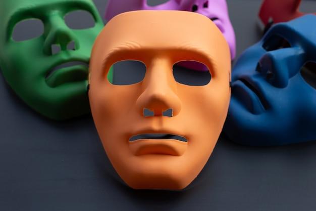Vijf gezichtsmaskers op een donkere ondergrond.