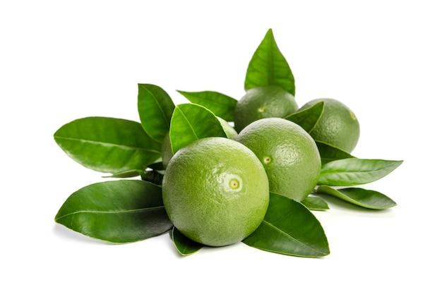 Vijf groene limoenen met bladeren