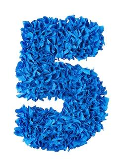 Vijf, handgemaakte nummer 5 van blauwe stukjes papier op wit wordt geïsoleerd