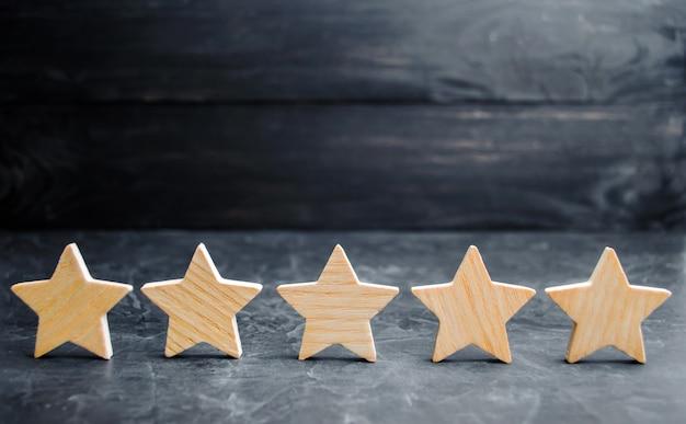 Vijf houten sterren. verkrijg de vijfde ster.