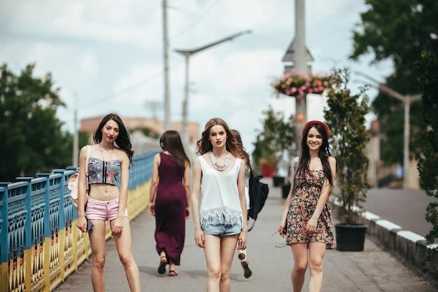 Vijf jonge mooie meisjes die buiten plezier hebben