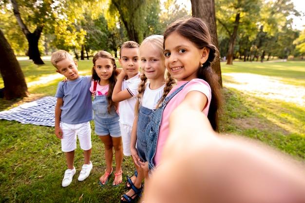 Vijf kinderen nemen een selfie in het park