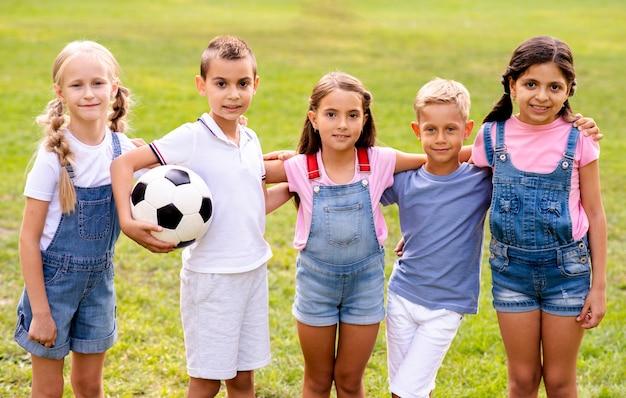 Vijf kinderen samen poseren voor een foto