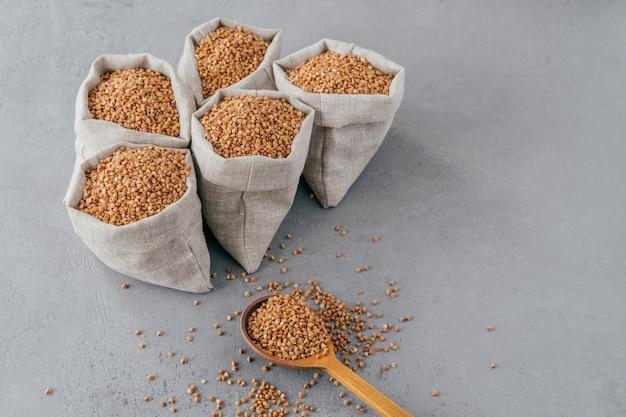 Vijf kleine zakken met boekweit met nuttige eigenschappen, kunnen worden gekookt voor garnering.