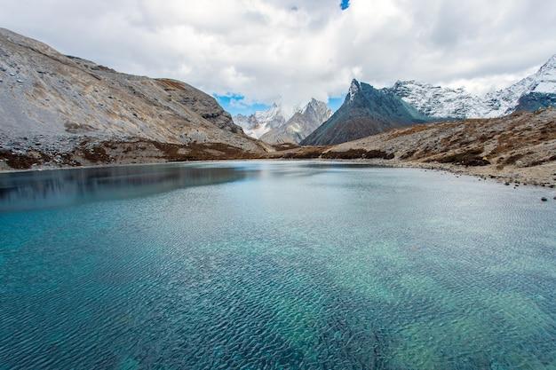 Vijf kleurenmeer bij het nationale park van doacheng yading, sichuan, china. laatste shangri-la